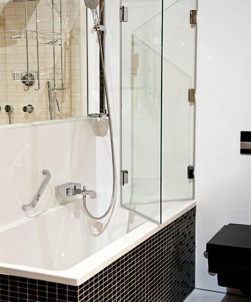 Von der Wanne zur Dusche - unsere maßangefertigten Badewannenfaltwände machen es möglich!